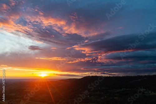 Magnifico panorama della pianura padana di Modena, Emilia Romagna, all'alba in e Wallpaper Mural