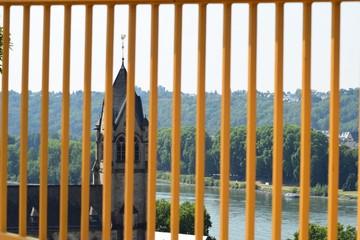 Kirche hinter Gittern