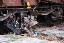 Uszkodzone Wózki Wagonów Towarowych Po Wypadnięciu Z Szyn