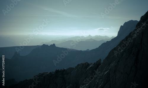 Fotografie, Obraz Silhouetten von Bergen in den Alpen