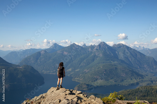 Fotomural Adventurous Girl Hiking on top of Tin Hat Mountain, part of the popular Sunshine Coast Hiking Trail in Powell River, British Columbia, Canada