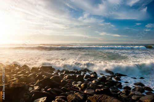 Photo Ocean waves breaking on the rocky beach