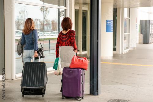 Fotografiet 海外旅行に出発する二人の女性