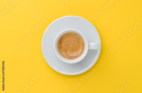 Foto espresso coffee on yellow background