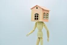 Muñeco De Madera Con Una Casa...