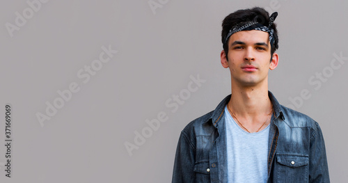 Photo Isolated shot of young handsome male with trendy hair, has serious expression as