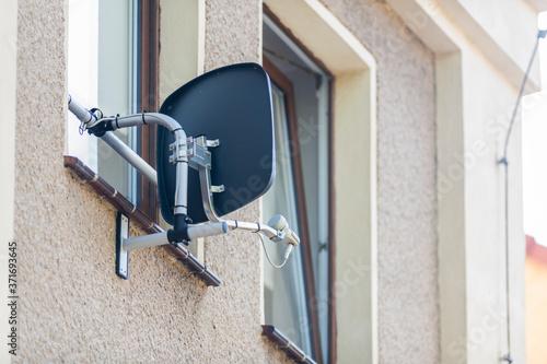Satellitenschüssel im Fensterbereich eines Hauses angebracht Wallpaper Mural