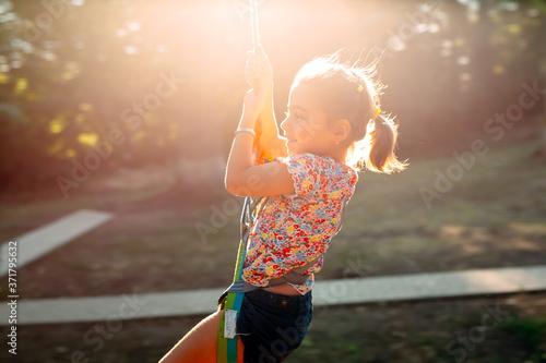 Photo Happy kid enjoying activity in a climbing adventure park.