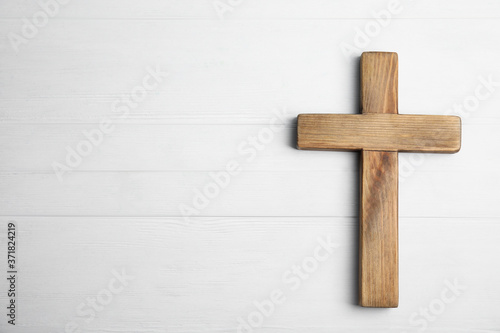 Fotografie, Tablou Christian cross on white wooden background, top view with space for text