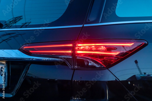 Foto A tail-light of car at night city