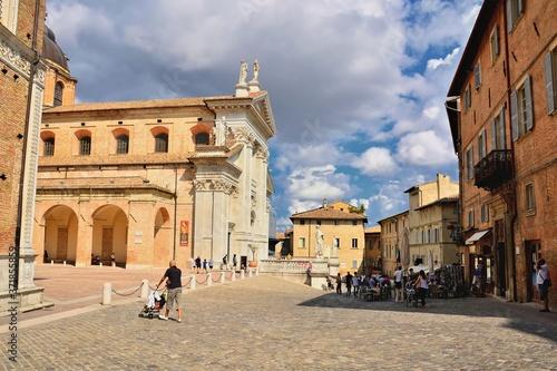 Fotografie, Obraz Urbino, Marche, Italia-Una veduta di piazza Duca Federico e sullo sfondo la Cattedrale Metropolitana di Santa Maria Assunta