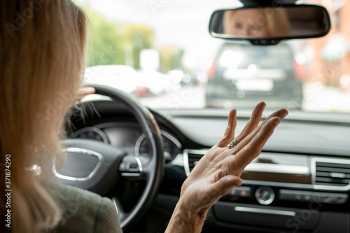 Photo Hand of irritated and tired mature blond businesswoman expressing annoyance