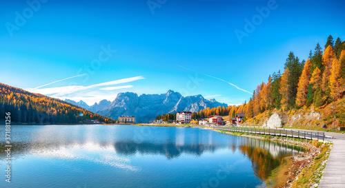 Fotografia Majestic sunny view of famous Misurina lake during autumn period