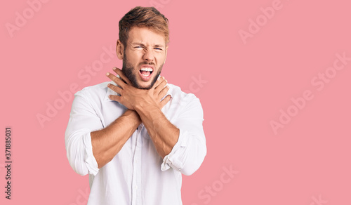 Photo Young caucasian man wearing casual clothes shouting and suffocate because painful strangle