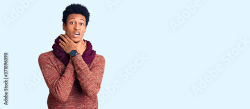 Photo Young african american man wearing casual winter sweater and scarf shouting suffocate because painful strangle