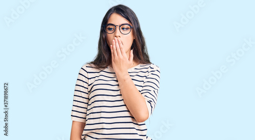 Photo Brunette teenager girl wearing casual clothes and glasses bored yawning tired covering mouth with hand