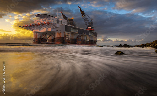 oil platform lifted by storm on rocky coast - threatened by strong winds in the Canvas-taulu
