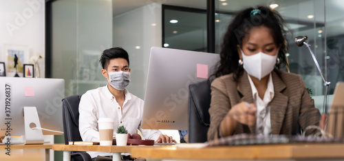 Foto Asian employee face mask in new normal office