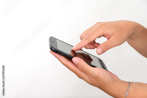 mains utilisant un smartphone Fotobehang