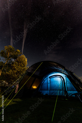 tent at night with stars Fotobehang