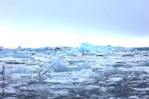Photo アイスランドのヨークルスアゥルロゥン氷河湖で、氷河湖から氷が海に流れ出して ダイヤモンドビーチを形成しています。
