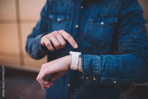 Foto Cropped image on man checking notification on digital smartwatch display plannin