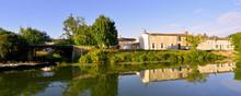 Panoramique De Barques Et Reflets Des Maisons Sur La Sèvre Niortaise à Damvix (85420), Vendée En Pays De La Loire, France