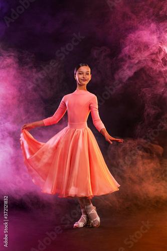 Photo Girl athlete dancing sports ballroom dancing.