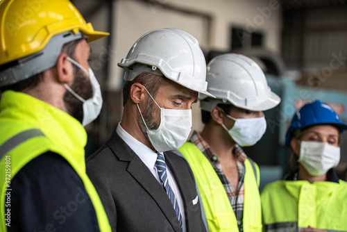 Fotografia Industrial  Manager and Technician, Engineer workers with  hardhats, vest discussing Business Management  in industry manufacturing Factory