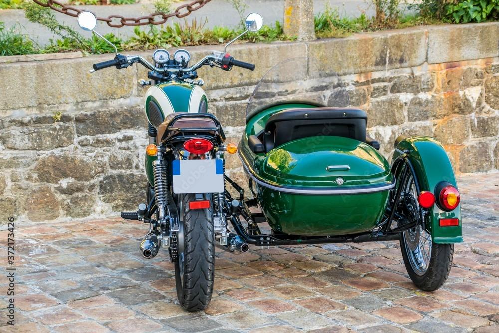 Fototapeta Mode de transport en side-car de couleur verte.