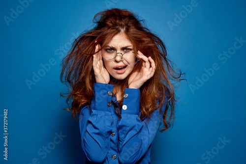 Canvastavla Energetic red-haired woman in blue shirt with glasses gesturing with hands