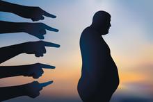 Concept De La Discrimination Et Du Harcèlement Moral Envers Les Gros, Avec Un Homme Obèse Montré Du Doigt Et Rejeté.