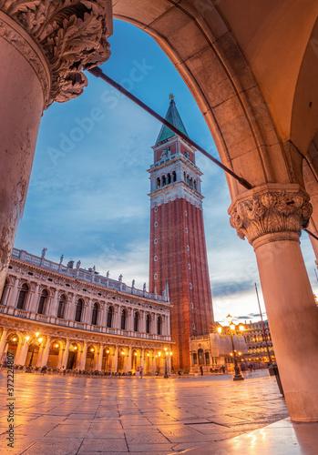 Photo The Campanile in Venice at Night - Venice, Italy