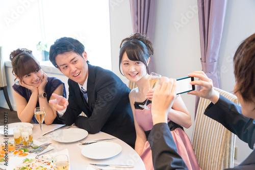 Fotografie, Obraz スマートフォンで記念撮影をする男女