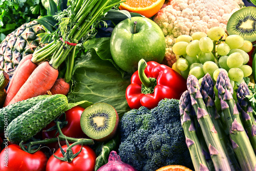 Papel de parede Assorted raw organic vegetables and fruits