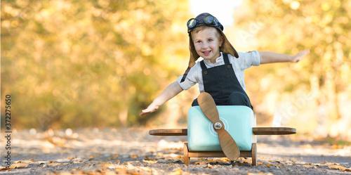 Leinwand Poster lachender Junge im Herbst
