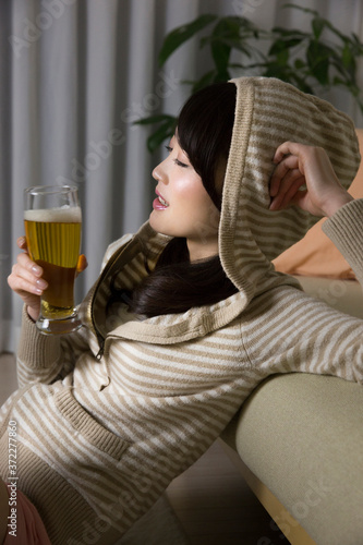 ビールを飲む女性 Fototapet
