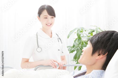 Fototapeta 患者と会話する看護師