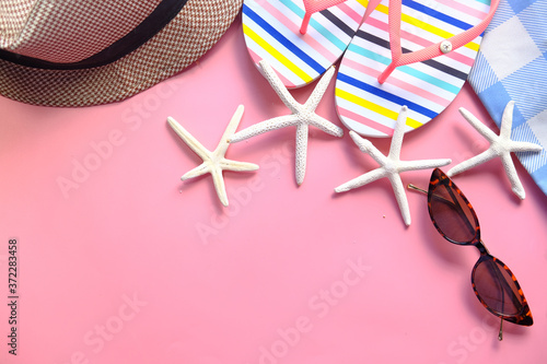 flat composition of summer beach accessories on pink background . Billede på lærred