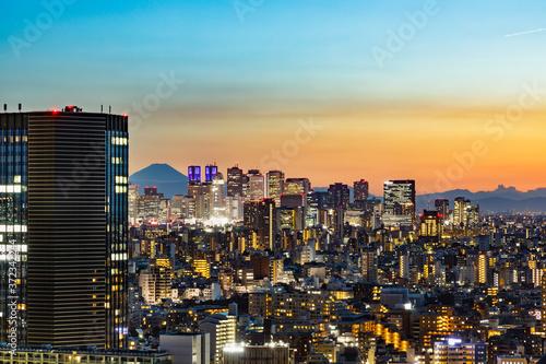 Obraz na plátně 夕暮れの光が綺麗な高層ビル群と空
