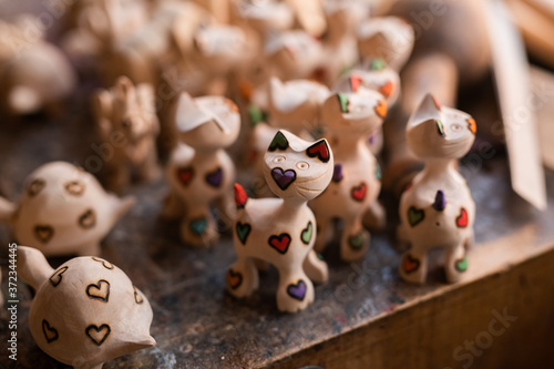 Fotografia Handmade wooden souvenirs in traditional workshop