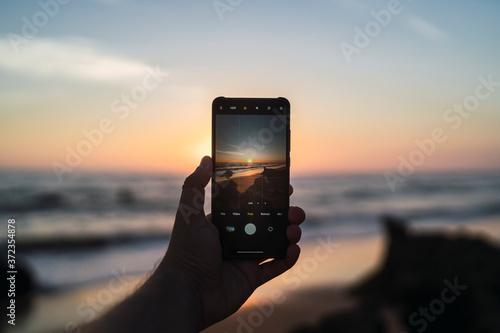 Paisaje de playa de la cala de roche a traves de un smartphone Fototapete