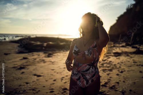 Canvastavla Retratos de una chica joven en traje de baño en la playa