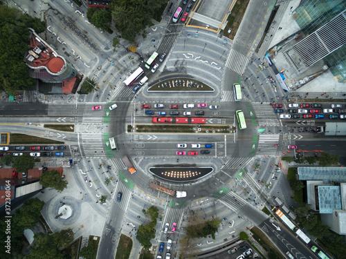 Fototapeta Vista aérea cenital sobre la Glorieta Manacar, en el cruce de Avenida Insurgente