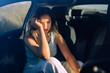 Retratos de una chica joven y guapa en un coche