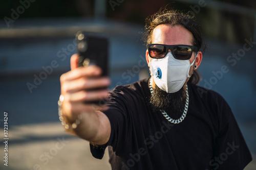 Chico joven con perilla y mascarilla en skate park Canvas Print