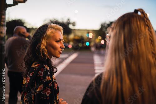 Chica joven con mechones rubios paseando por sevilla Fotobehang