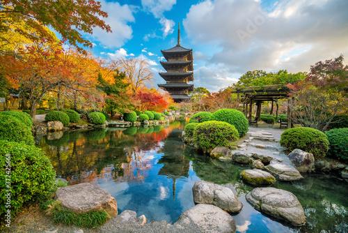 Fotografia Toji temple and wood pagoda in autumn Kyoto, Japan
