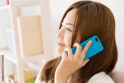 Obraz na plátně スマホで電話する女性