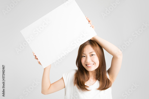 Tela メッセージボードを持つ女性